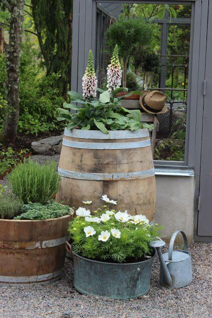 Barreños y barriles en el jardín rústico