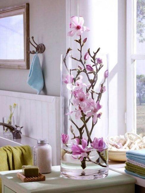 Decoración de jarrones con flores artificiales
