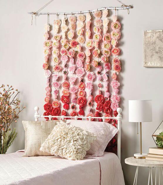 Decorar el cabecero de la cama con flores artificiales