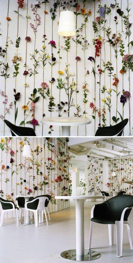 Decorar pared con flores artificiales
