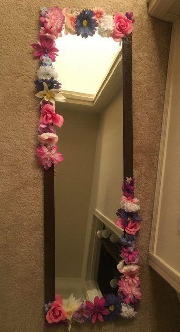 Espejo decorado con flores artificiales