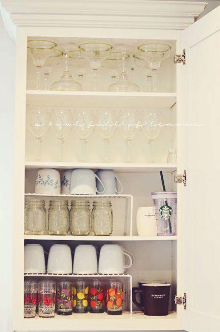 Estantes metálicos para los armarios de la cocina