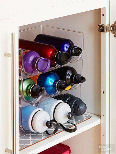 Organizar botellas en los armarios