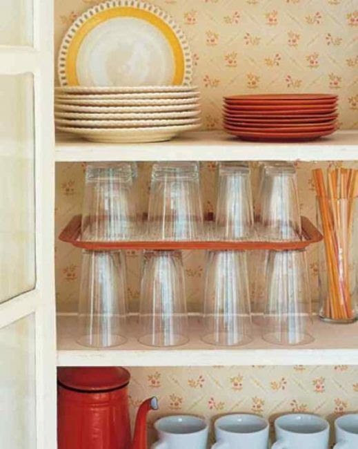 Una bandeja para apilar vasos