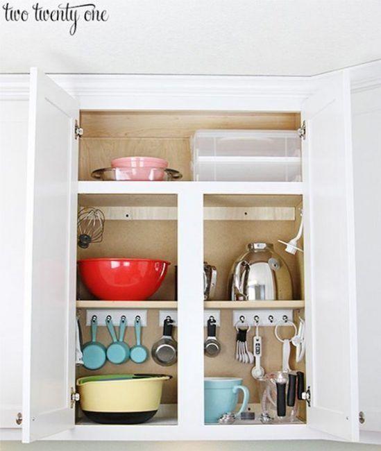 Usar ganchos para organizar los elementos de la cocina
