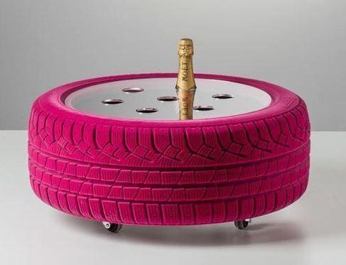 Un botellero con neumáticos usados