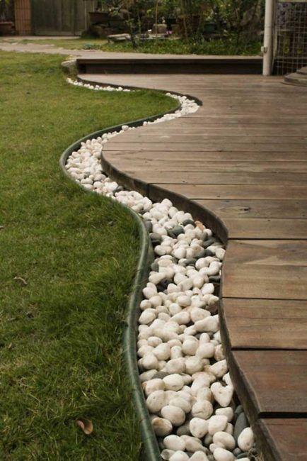 Camino bordeado con piedras
