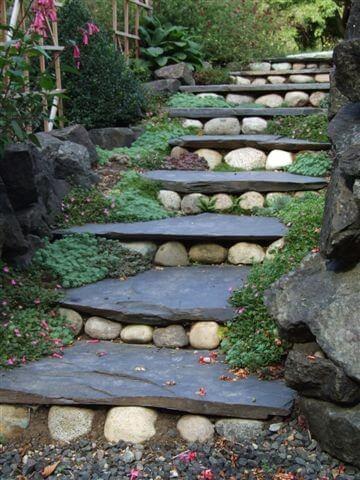 Escalera decorada con piedras