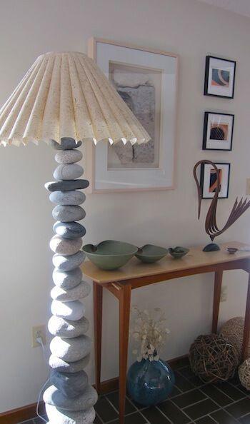 Lámpara con piedras de río