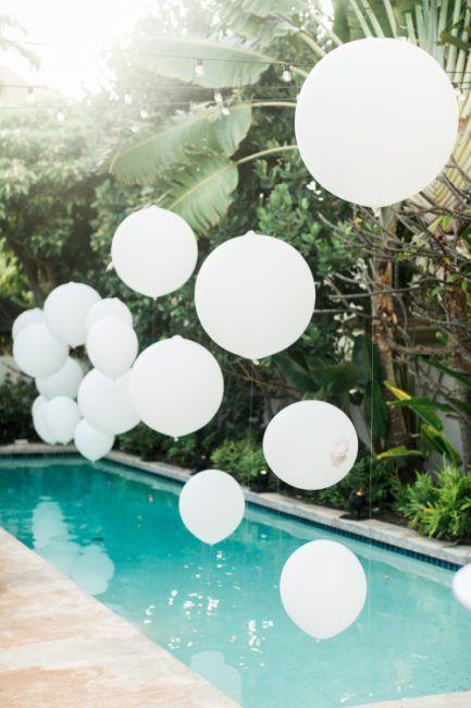 Globos en la piscina