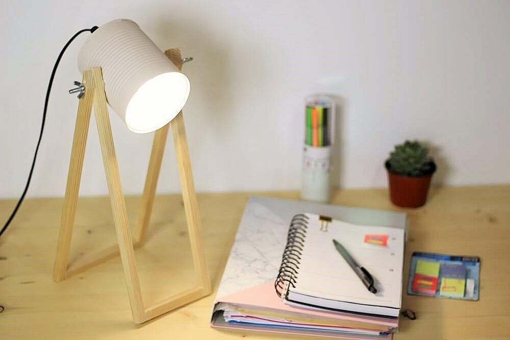Lámpara de escritorio con lata reciclada