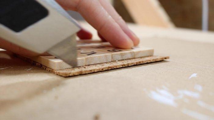 Pasos para hacer posavasos: cortar el corcho