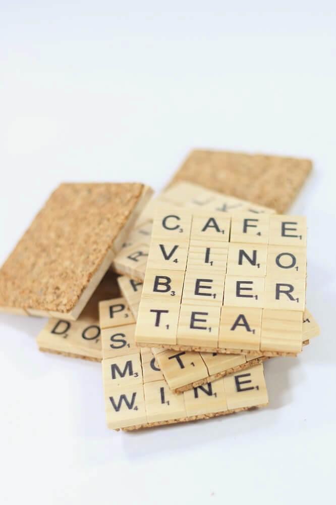Posavasos con frases utilizando piezas de Scrabble