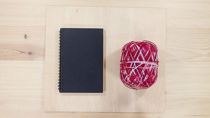 Materiales para decorar cuadernos con madera y lana