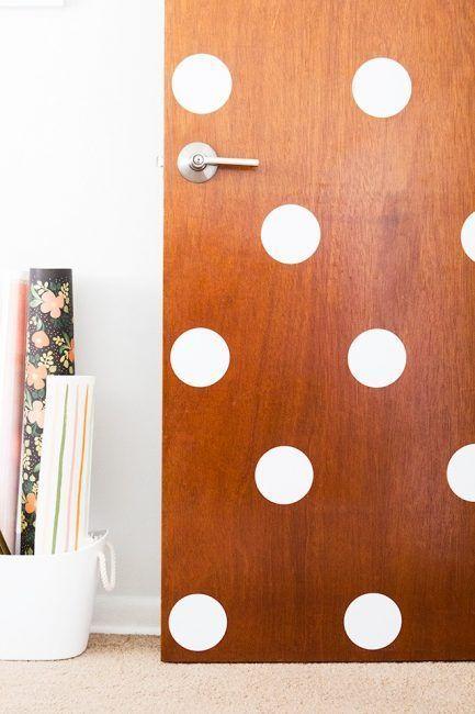 Lunares blancos para decorar las puertas de tu casa