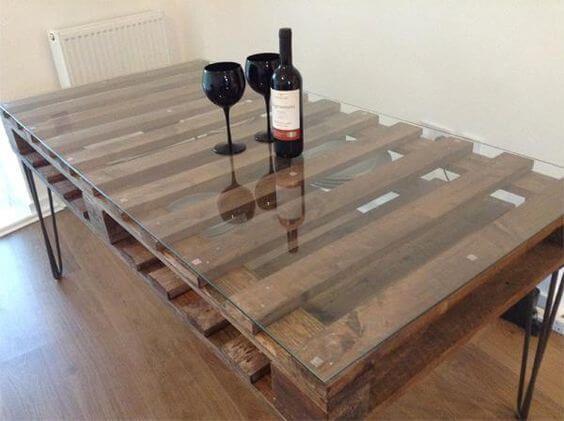 Mesa hecha con palets reciclados