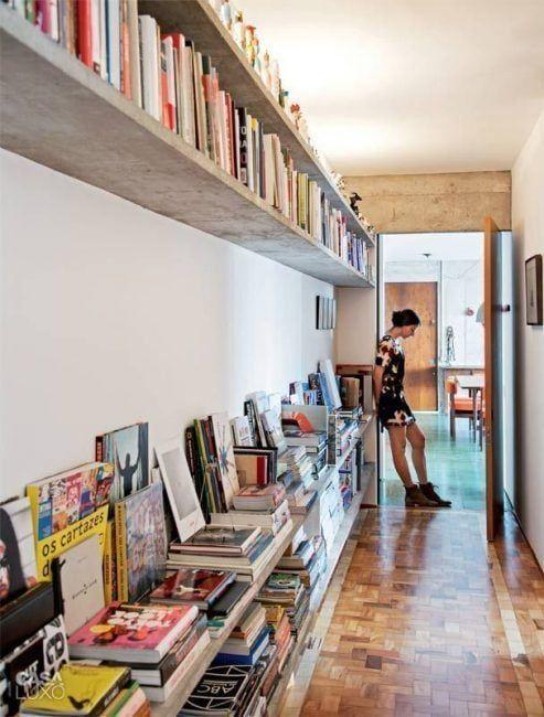 Decoración original de pasillos con libros y revistas