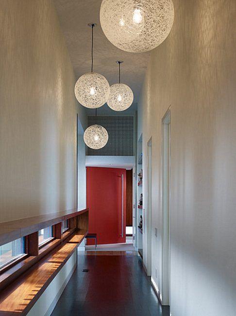 Uso de lámparas para decorar un pasillo