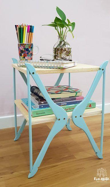 Mesa con perchas de madera