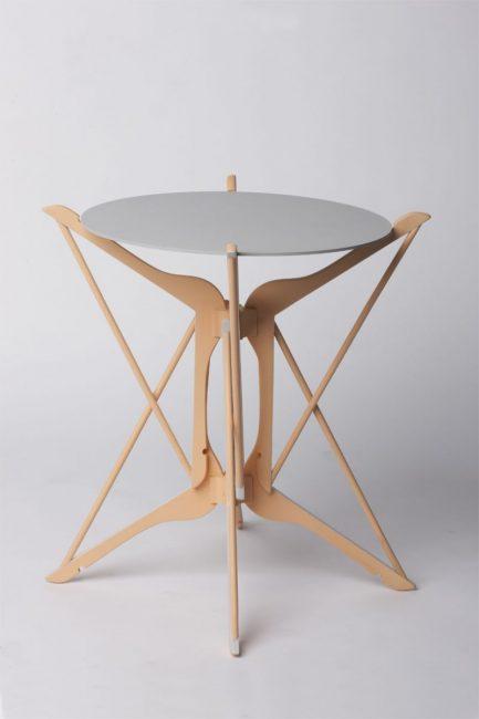 Mesa de diseño con perchas