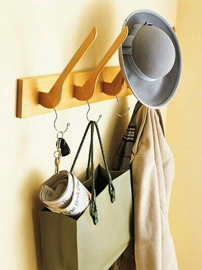 Perchero de pared con perchas