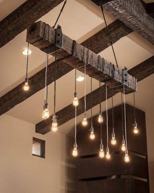 Lámpara con traviesa de madera