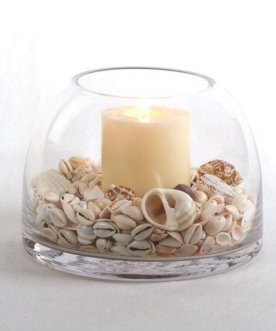 Jarrón con conchas y vela para decorar