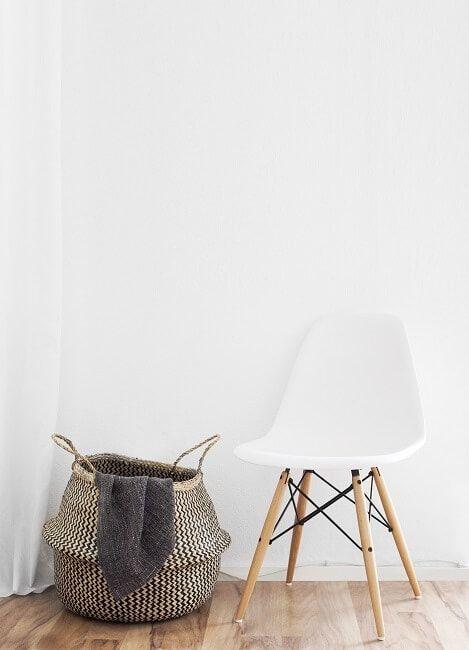 Silla blanca de madera estilo nórdico