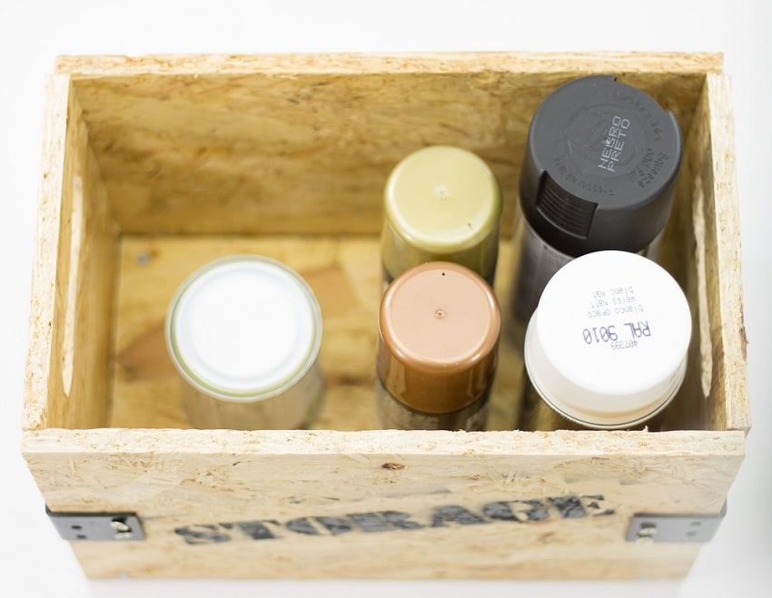 Botes de pintura en caja de madera