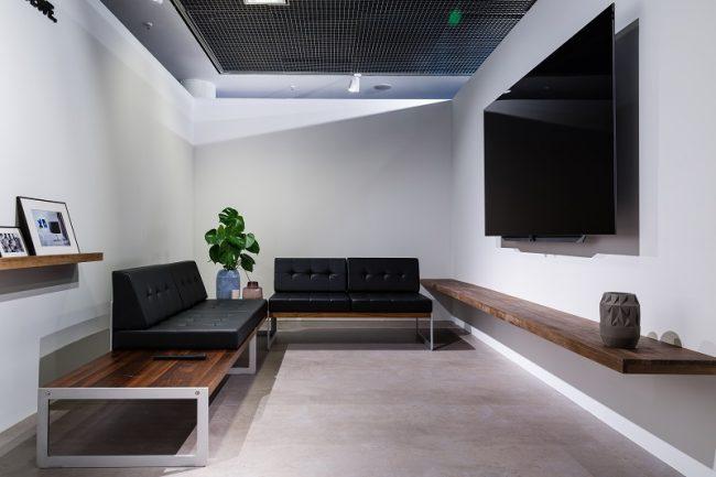 Salón rectangular con televisión