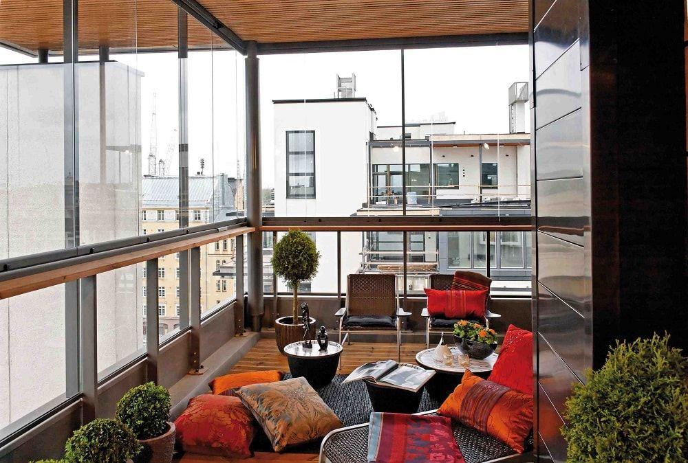 Terraza acristalada con cojines