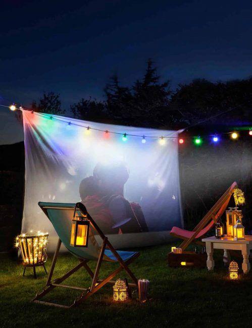 Cine de verano en el jardín de casa