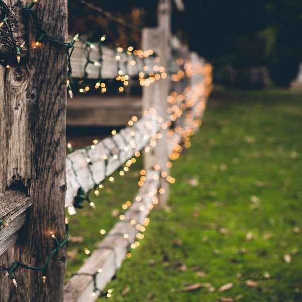 Valla de madera con guirnalda de luces