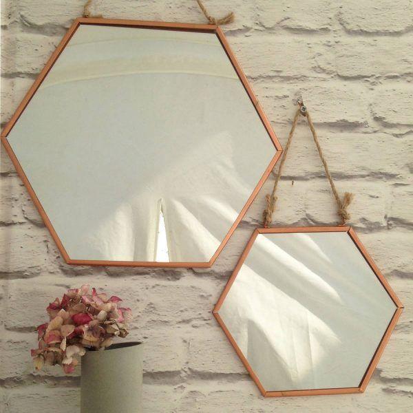 Espejos hexagonales colgando de cuerda
