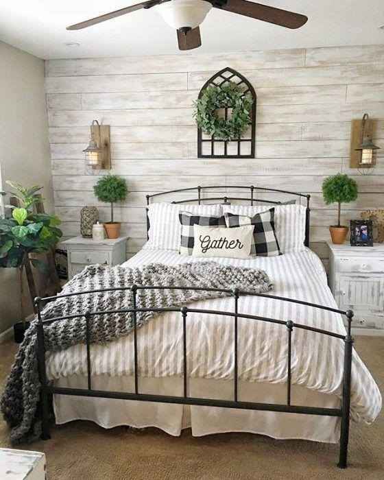 Habitación con pared forrada de madera