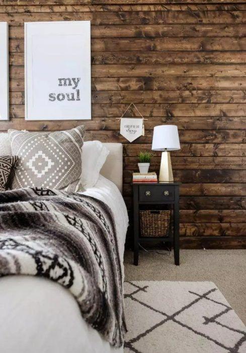 Pared de dormitorio decorada con maderas