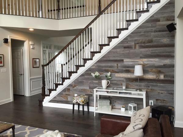 Pared de escalera decorada con maderas