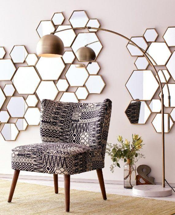 Pared llena de espejos de panal de abeja