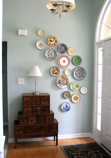 Platos de diferentes diseños en la pared