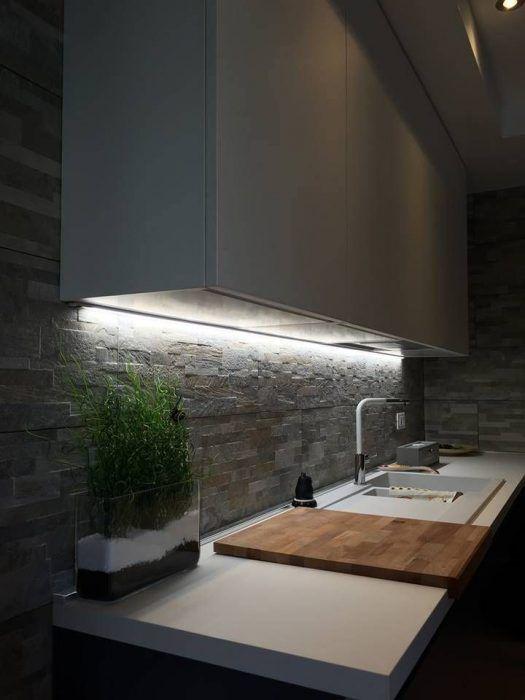 Tira LED bajo los armarios de la cocina
