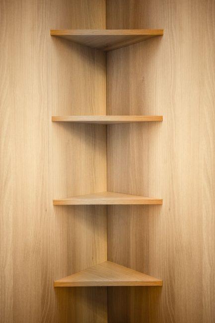 Estantes de madera de esquina