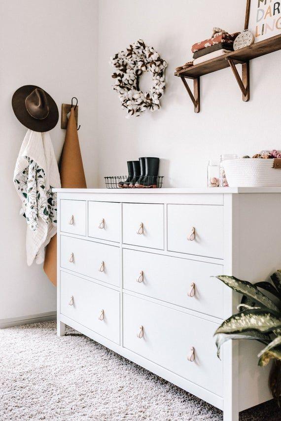Mueble blanco con tiradores de cuero