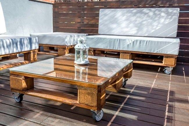 Sofá y mesa de centro con palets
